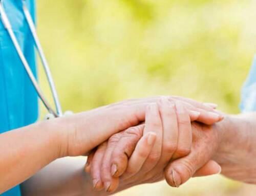 Attenzione alle truffe. Vaccini anti Covid a domicilio di persone anziane, nessun servizio attivo
